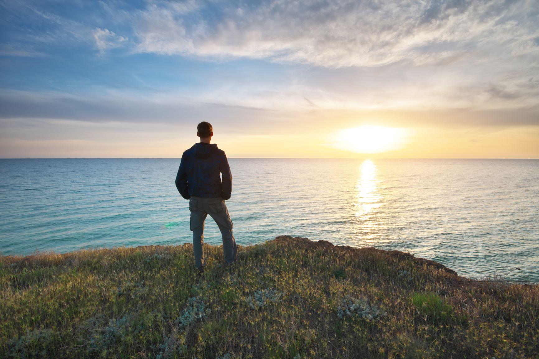 Homem olhando o horizonte