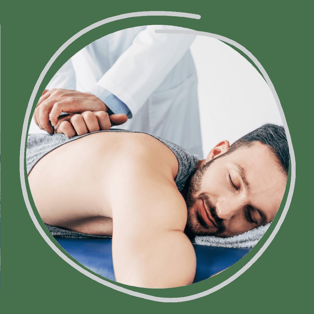 Quiropraxista ajustando coluna do paciente